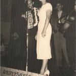 Adi dos Santos Ciceri cantando ao vivo no auditório da rádio