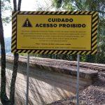 Placas informativas alertam visitantes (Foto: Plural Comunicação Integrada)