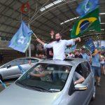Danilo Bruxel comemora com eleitores após ser eleito prefeito de Arroio do Meio