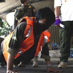 moradores-da-indonesia-sao-obrigados-a-fazer-flexoes-deitar-em-caixoes-e-ate-a-cavar-covas-por-nao-usarem-mascara-1605103517357_v2_900x506