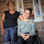 Menina recebe cuidados da mãe, Cláudia de Azevedo (Foto: Gabriela Hautrive)