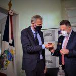 No dia 31 de dezembro Rafael Mallmann (ex-prefeito) entregou, de forma simbólica, a chave de Estrela para Elmar Scheider (Foto: Gabriela Hautrive)