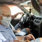 Arnezildo Valandro sendo vacinado (Foto: Maiara Rovêa / Divulgação)