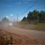 Basta passar um caminhão no local para ver a poeira sobre o ar (Foto: Gabriela Hautrive)