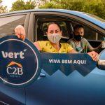 Novos moradoras receberam suas chaves dentro do carro (Foto: Divulgação)
