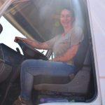 Simone Schneider tem 38 anos e há um ano se tornou motorista de um caminhão caçamba (Foto: Caroline Silva)