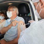 Vacinação ocorre em formato drive-thru (sem sair do carro) (Foto: Júlia Reis)