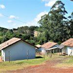 Algumas das casas localizadas na aldeia onde moram 37 famílias (Foto: Gabriela Hautrive)