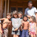 Atualmente crianças estão sem aulas na aldeia, mas convivem diariamente com o professor (Foto: Gabriela Hautrive)