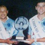"""Jorjão a esquerda, ao lado de Alexandre Chaves """"Menudo"""" com o troféu da Copa Abílio dos Reis (Foto: Arquivo Pessoal / Divulgação)"""