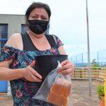 Moradora do Bairro Santo Antônio feliz com seu alimento, Fabiana Pacheco da Silva (Foto: Gabriela Hautrive)