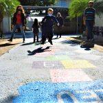 Brincadeiras no pátio também respeitam um aluno por vez (Foto: Gabriela Hautrive)