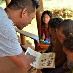 Professor Ricardo Moreira é responsável por ensinar a cultura para as crianças (Foto: Gabriela Hautrive)