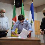 Prefeito Marcelo Caumo (c), superintendente executiva da Unimed, Rosilene Knebel, e presidente da Fuvates, Ney Lazzari, assinaram os termos do projeto (Foto: Gabriela Hautrive)