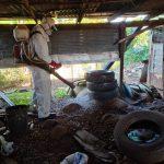 Profissionais aplicam produtos em locais propícios para proliferação do mosquito (Foto: Divulgação / Prefeitura de Lajeado)
