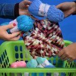 Podem ser doados novelos de lã, quadradinhos de tricô e crochê de 20x20cm e pedaços de tecidos (Foto: Gabriela Hautrive)
