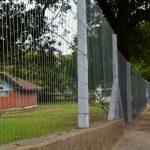 Muro foi reconstruído e cerca instalada recentemente junto a Rua Waldemar Ely (Foto: Gabriela Hautrive)