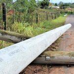Pelo menos cinco postes caíram em Linha Delfina no interior de Estrela (Foto: Gabriela Hautrive)