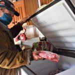 Zilmar Hollmann armazena cerca de 200kg de carne e uma parte já estava descongelada na manhã desta terça-feira (8) (Foto: Gabriela Hautrive)