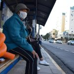 Usuários reclamam do tempo de espera nas pontos de ônibus (Foto: Caroline Silva)