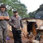Sigmar Luís Deistmann e a família vive há 18 anos às margens da ERS-130 (Foto: Caroline Silva)