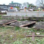 Túmulo estava aberto com restos mortais em evidência (Foto: Caroline Silva)