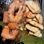 Sirlei vende bolachas e calça virada por R$ 7 cada pacote (Foto: Gabriela Hautrive)