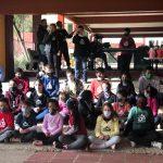 """Coral formado pelos alunos da Slan cantou a música """"Corrente do Bem"""" (Foto: Caroline Silva)"""