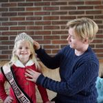 Tatiana Greef Aschebrock e a filha coroada Melissa Greef Aschebrock (Foto: Caroline Silva)