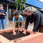 Alunos e professores plantaram árvores