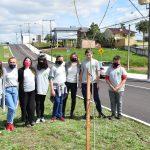 """Alunos do projeto """"Guardiões Ambientais Mirins"""" auxiliaram no plantio dos ipês-brancos (Foto: Caroline Silva)"""
