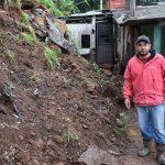 Pedras de barranco caíram sobre casa de Genésio Vedoy (Foto: Caroline Silva)