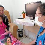 Juliana Gonçalves e a filha Pâmela, de 2 anos, receberam atendimento na manhã desta segunda-feira (27) na Casa de Acolhida (Foto: Gabriela Hautrive)