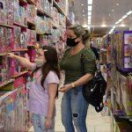 Nas Lojas Brincasa procura é maior por bonecas e carrinhos (Foto: Caroline Silva)