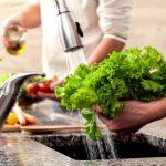 Lavagem de hortaliças é uma das recomendações para evitar a infecção (Foto: Istockphoto / Divulgação)