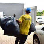 Recolhimento de lixo na manhã desta segunda-feira (4) no Bairro Alto do Parque (Foto: Gabriela Hautrive)