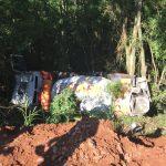 Caminhão carregado com concreto desce ribanceira no interior de Forquetinha